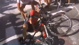 Tour de France, Nibali buttato giù dall'organizzazione. Si teme frattura vertebrale