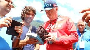 Napoli: Ancelotti, Milik e Zielinski firmano autografi a Dimaro