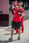 Il team Ferrari con il lutto al braccio