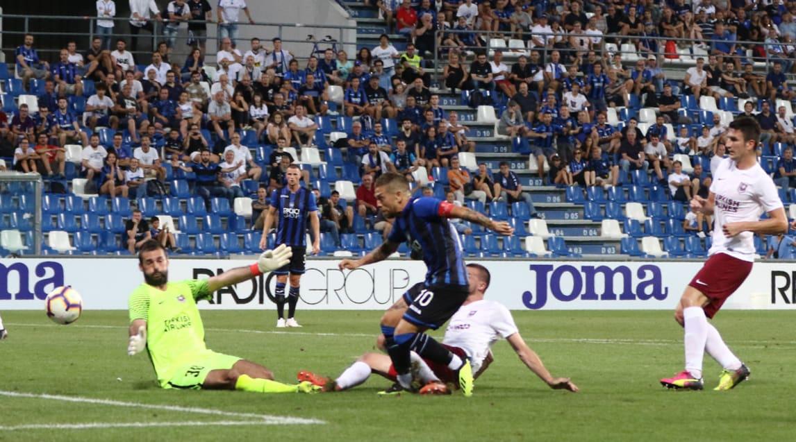 Non bastano le reti di Toloi e Mancini alla squadra di Gasperini, che a Reggio Emilia si fa riprendere dai bosniaci e pareggia nell'andata del secondo turno preliminare