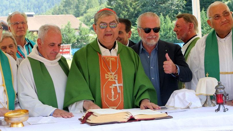 Il cardinale Sepe e De Laurentiis cantano: «Chi non salta è juventino»