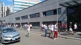 I tifosi aspettano Higuain a Casa Milan