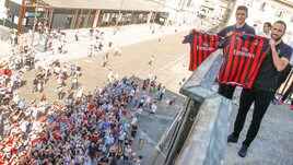 Higuain e Caldara salutano i tifosi del Milan a Piazza Duomo