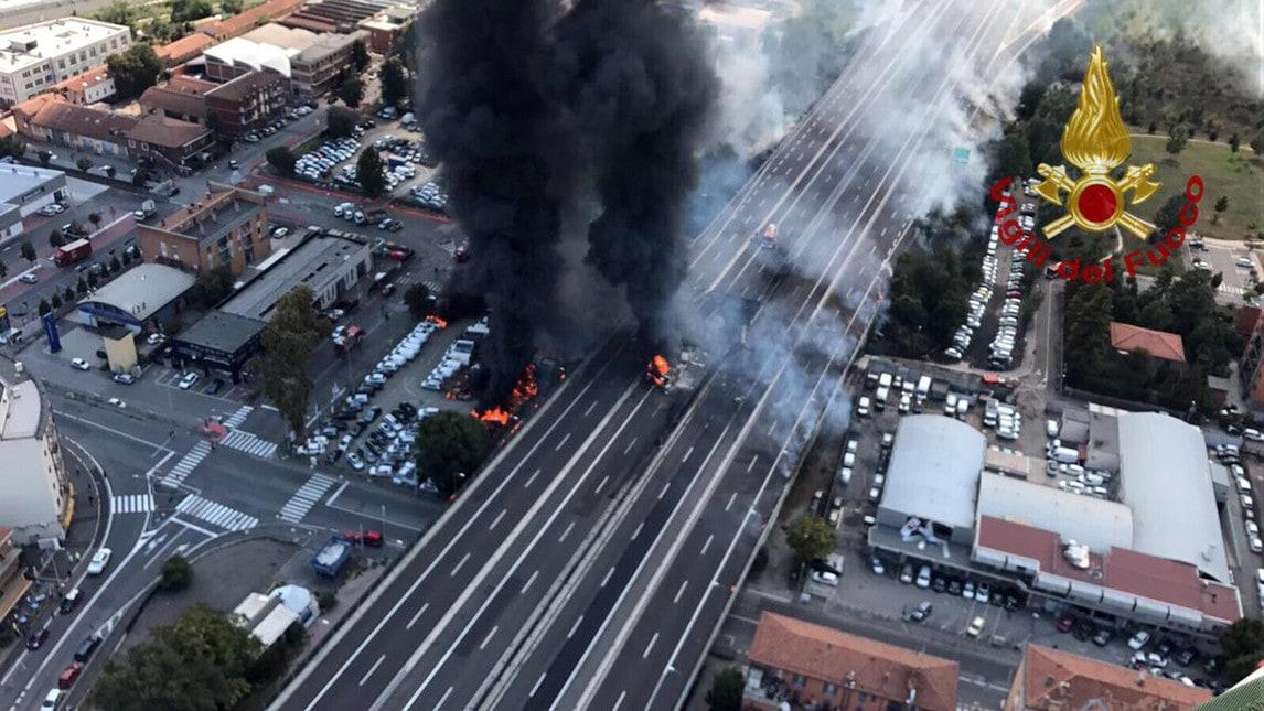 Un tir in fiamme genera esplosioni a catena: un morto e 55 feriti dei quali 14 gravi. Chiusa l'autostrada A14