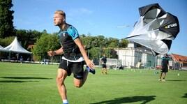 Lazio, i giocatori si allenano con il paracadute