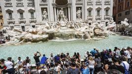 Guerra per selfie a Fontana di Trevi