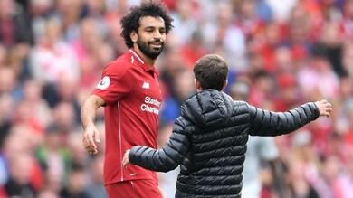 Liverpool, il tifoso invade il campo per abbracciare Salah