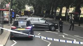 Auto contro barriere a Westminster