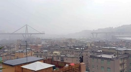Disastro a Genova, le prime immagini del ponte crollato