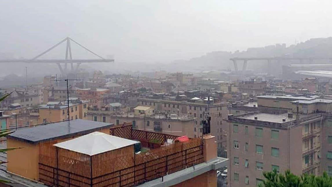 Un crollo ha interessato il ponte Morandi sull'autostrada A10 a Genova, potrebbero esserci auto coinvolte. Vigili del Fuoco, ambulanze e forze dell'ordine sono sul posto.