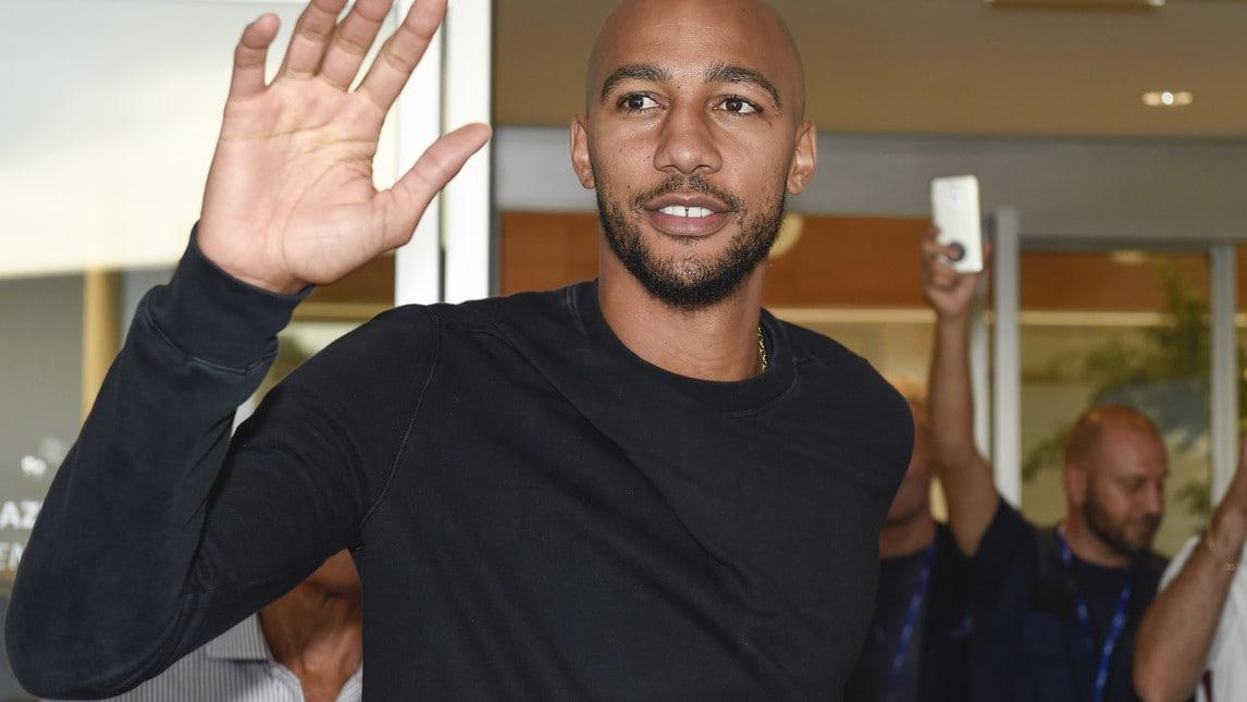 Il centrocampista francese è atterrato a Ciampino salutato da un gruppo di tifosi.