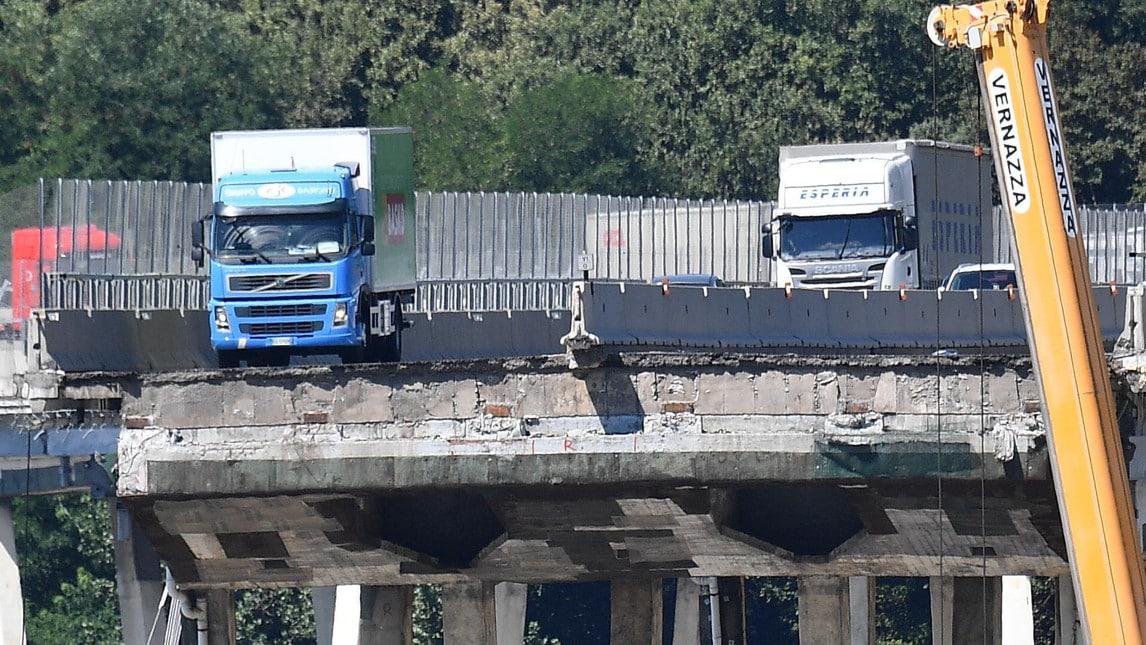 Nel giorno del lutto per le vittime sull'autostrada A10 restano le immagini drammatica del crollo avvenuto il 14 agosto