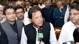 Pakistan: Khan presta giuramento premier