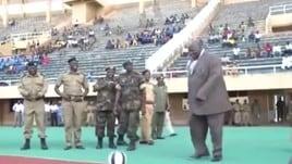 Uganda, il calcio d'inizio del ministro è da dimenticare