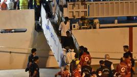 Migranti: minori scesi da nave Diciotti