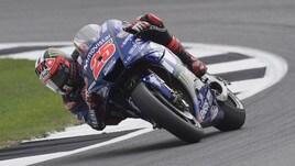 MotoGp Silverstone, Viñales vola nel warm up, Rossi 10°