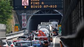 Crollo ponte, traffico in tilt
