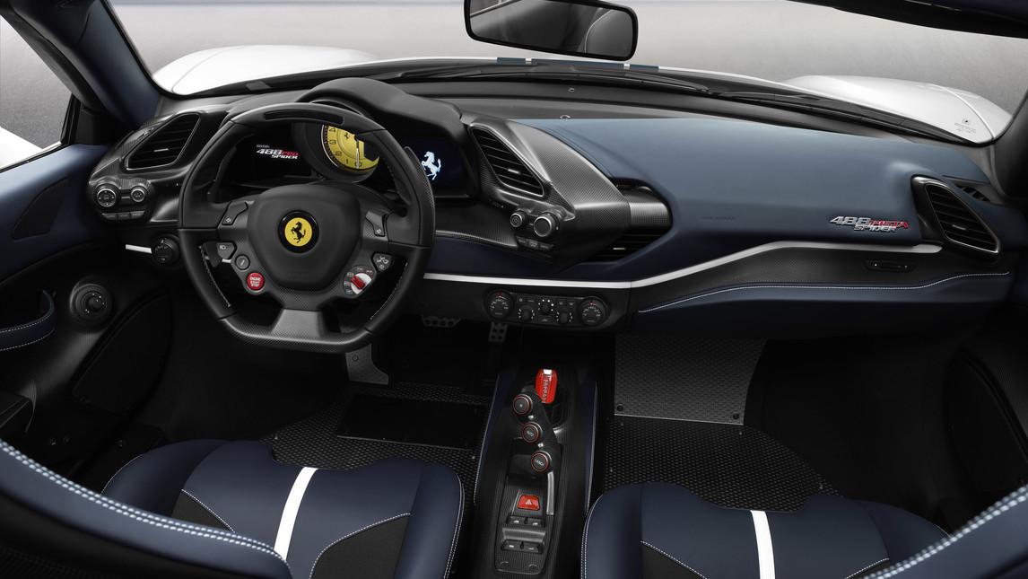 E' la Ferrari spider più performante in assoluto nella storia della Casa di Maranello, con il miglior rapporto peso/potenza di sempre, pari a 1,92 kg/cv. Un risultato reso possibile dall'utilizzo del motore V8 più potente mai prodotto da Ferrari, il biturbo da 3902 cc in grado di erogare 720 cv.