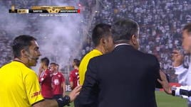 Santos-Independiente sospesa per petardi e scontri