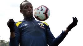 Bolt si prepara all'esordio: «Difficile correre con il pallone»