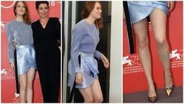 Emma Stone, gambe sexy in mostra a Venezia