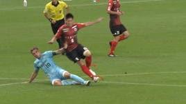 Podolski espulso applaude l'arbitro