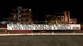 Roma, altro striscione contro la proprietà: «Campioni di plusvalenze»