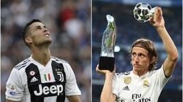 Modric mostra al Bernabeu il premio che ha fatto infuriare Ronaldo