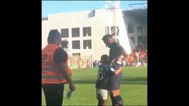 Bambino invade il campo, Neymar lo abbraccia