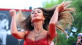 Madalina Ghenea in rosso incanta tutti a Venezia