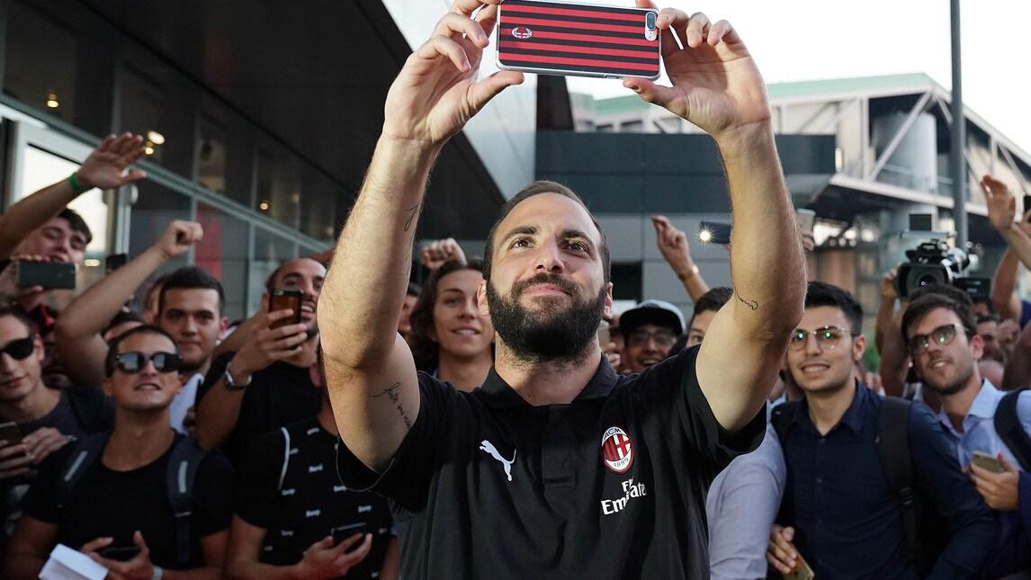 Le foto dei tantissimi tifosi che hanno voluto incontrare e incitare il Pipita a Casa Milan