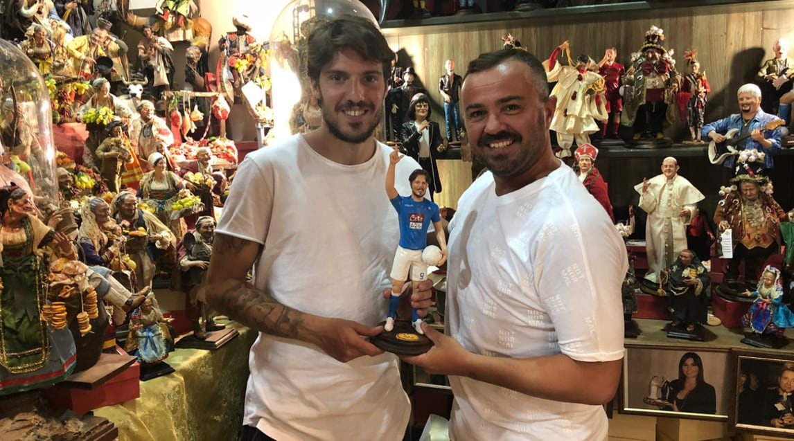 L'attaccante del Napoli riceve la statuina del maestro napoletano Genny Di Virgilio