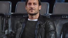 Roma: Totti mostra copertina nuovo libro