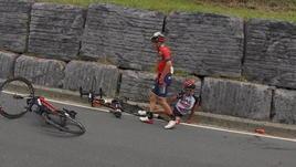 Vuelta, Aru finisce contro il muro