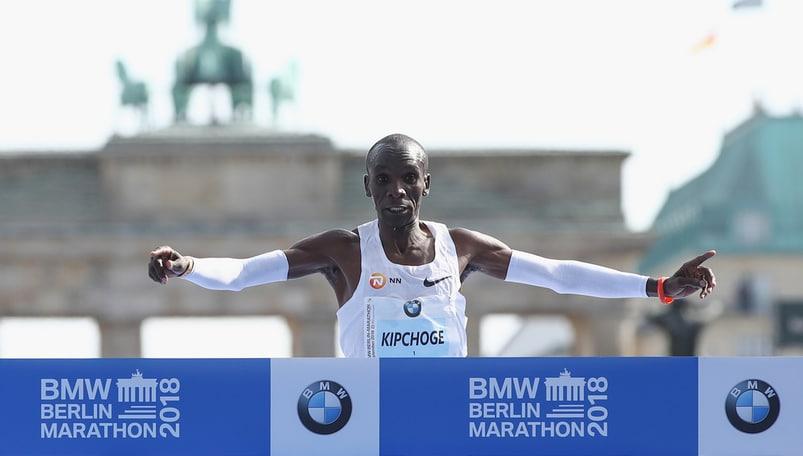 Maratona, il keniano Kipchoge fa il nuovo record mondiale a Berlino