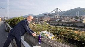 Fiorentina, Pioli depone un mazzo di fiori vicino al Ponte Morandi