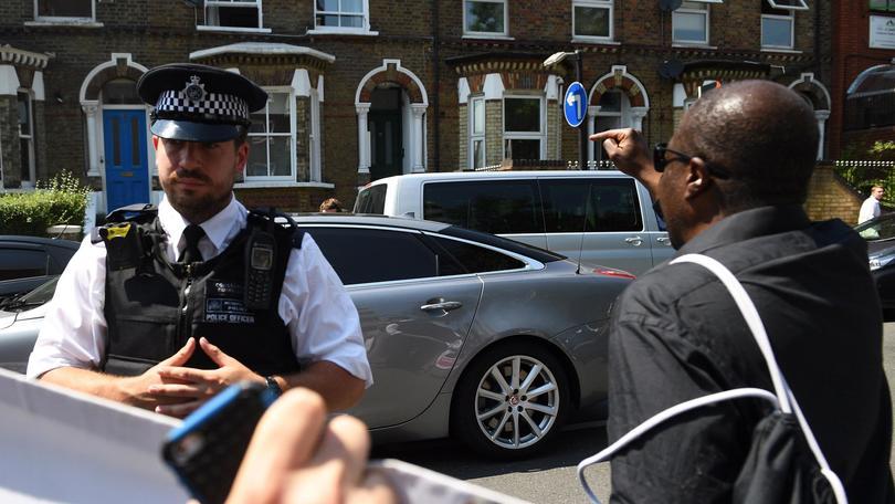 Gb: fedeli investiti davanti a moschea
