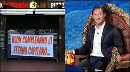 Roma, gli auguri dei tifosi a Totti: «Buon compleanno!!! Eterno capitano...»