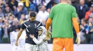 Invasione di campo a Udine: un bambino chiede l'autografo a Ronaldo