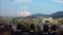 Italia, la corona di fiori e il silenzio
