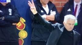 Mourinho litiga con i tifosi della Juventus e mostra le tre dita