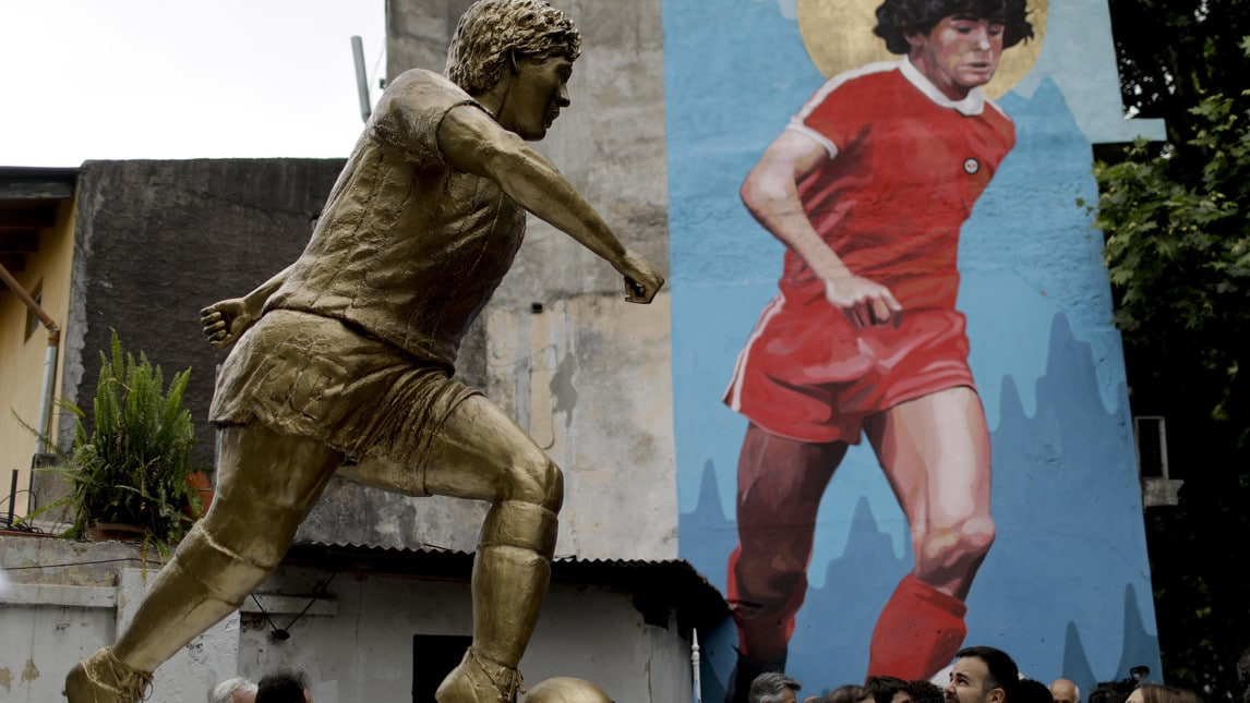 Una statua di bronzo per celebrare i 58 anni di Diego Armando Maradona. Buenos Aires ha voluto omaggiare così il grande campione argentino svelando, il giorno dopo il compleanno, l'opera che ritrae Maradona e che si trova nei pressi dello stadio degli Argentinos Juniors dove nel 1976 esordì El Pibe de Oro