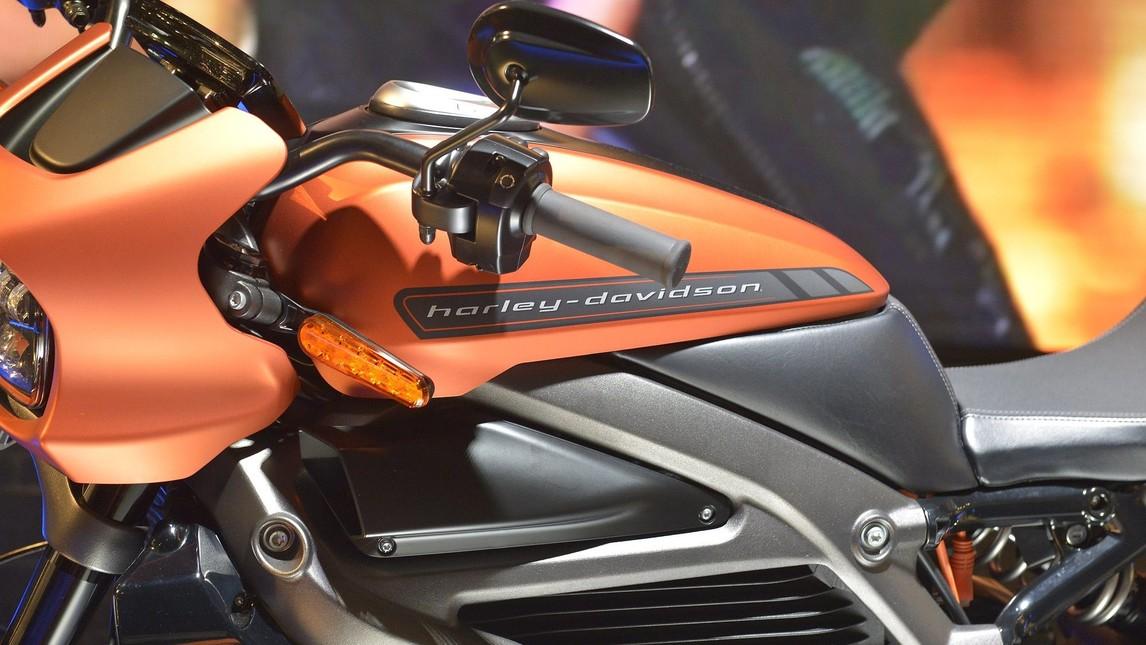 """A Eicma, la Casa di Milwaukee ha tolto il velo alla versione definitiva della sua moto elettrica. Il finto serbatoio nasconde l'impianto di ricarica della batteria: basta sollevare il tappo per accedere alla presa elettrica. La ciclistica vanta un monoammortizzatore Showa completamente regolabile, cerchi da 17"""" e una doppia pinza Brembo a 4 pistoncini per la frenata. La strumentazione è LCD touchscreen (si connette allo smartphone). Arriverà nel 2019."""