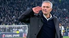 Juventus, Mourinho si vendica: mano all'orecchio allo Stadium