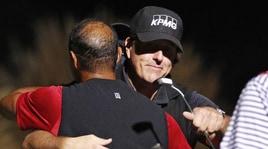 Golf, Mickelson batte Tiger Woods nella (deludente) sfida del secolo