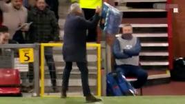 Mourinho show: spacca tutto dopo il gol di Fellaini