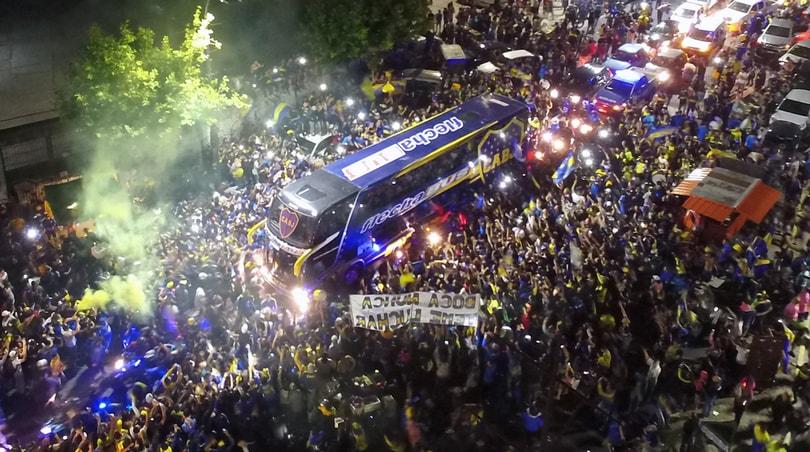 Il Boca parte per Madrid, i tifosi invadono le strade
