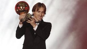 Modric posa con il Pallone d'Oro