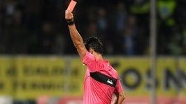 Calciatore espulso colpisce a calci l'arbitro: arriva il Daspo
