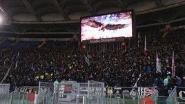 Lazio-Eintracht, i tedeschi si scaldano: cori, fumogeni e... spalle al campo